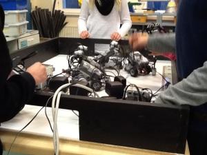 Vid lektionens slut skulle robotarna på laddning.