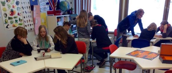 Lappeenrannan Skinnarilan koulun ohjelmoinin tutor-oppilaat opettamassa ohjelmointia koulunsa opettajille.