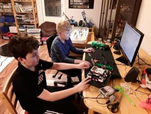 Samulla ja Samulilla on menossa robotin ohjelmointi ja testaaminen